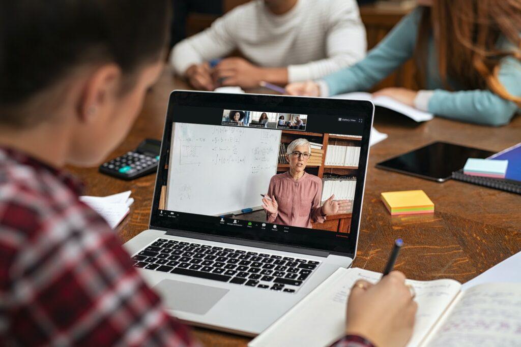 Adea anuncia suspensión de clases virtuales